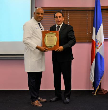 Hospital reconocen labor social del doctor cruz jiminian